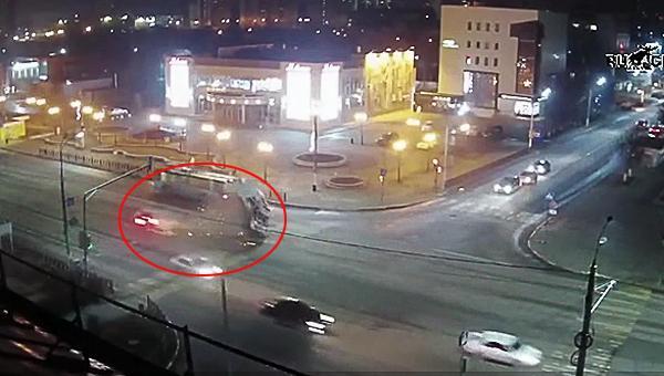ДТП Подольск - пострадали 5 человек, включая двух фельдшеров. Видеокадры серьезного ДТП с участием скорой помощи попали в сеть.