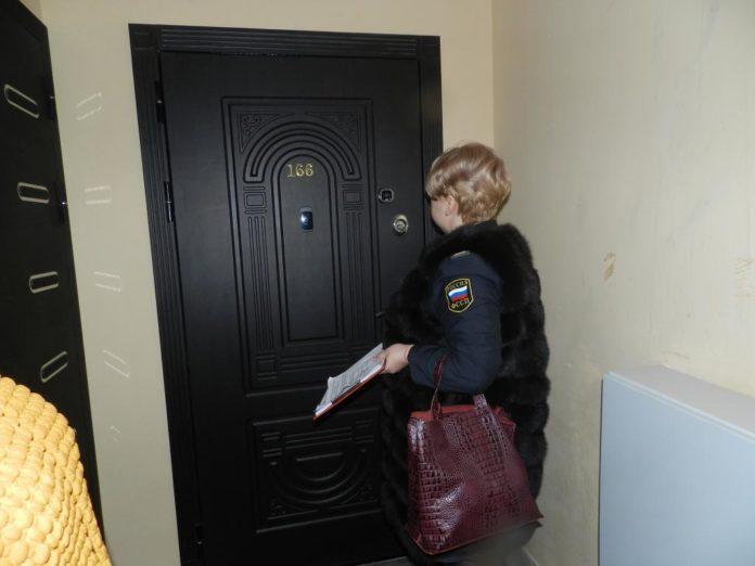 Наложение ареста на имущество неплательщика квартплаты. В результате рейда пристав произвел наложение ареста на имущество неплательщика квартплаты.