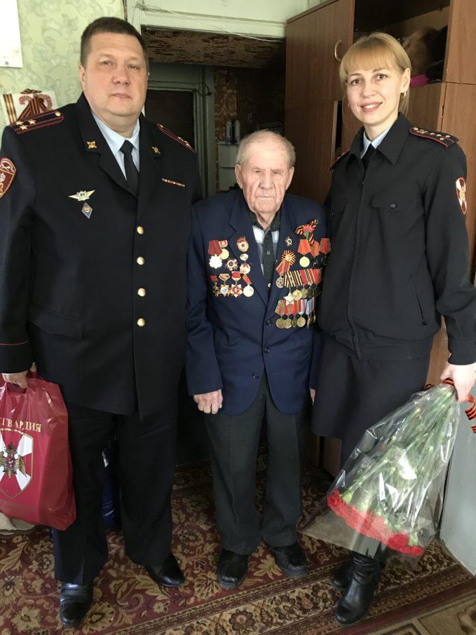 Сотрудники Чеховского отдела вневедомственной охраны Росгвардии поздравили ветеранов