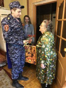 Сотрудники вневедомственной охраны Росгвардии поздравили ветеранов