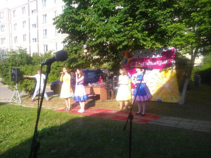 Уличный концерт прошел в п. Мещерское 1