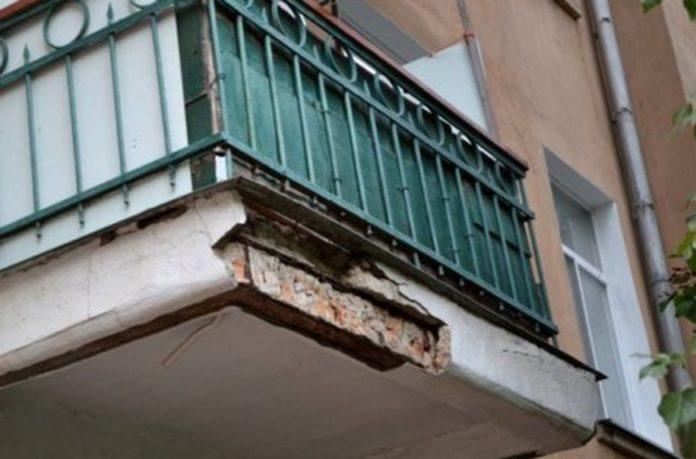 рушится балкон