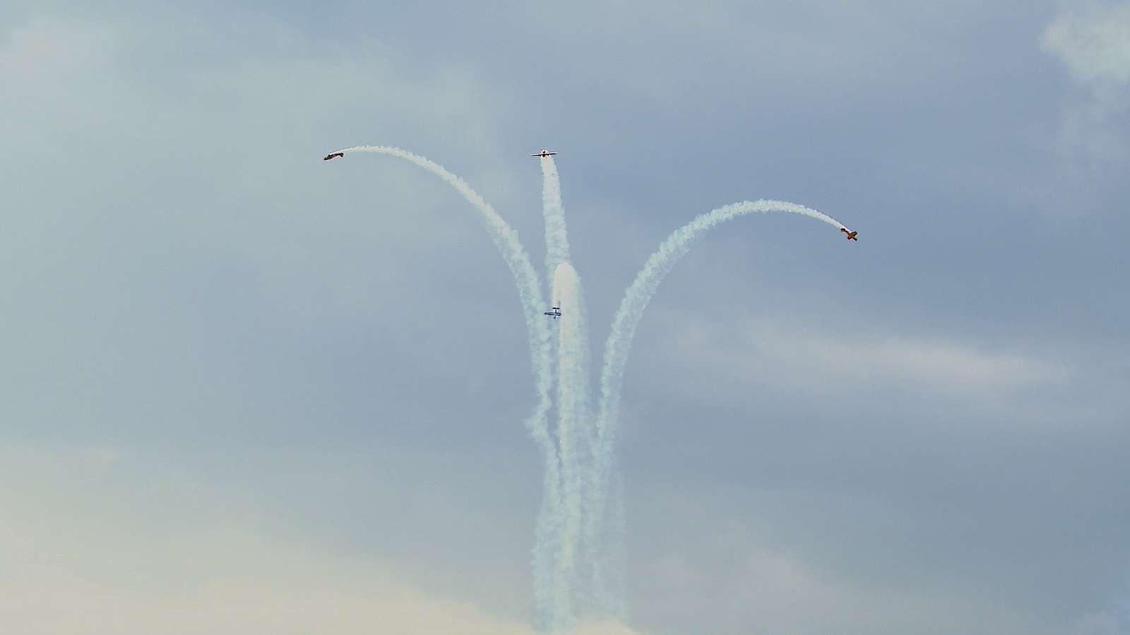 Авиашоу в небе над Истрой провели в День Воздушного флота | Изображение 1