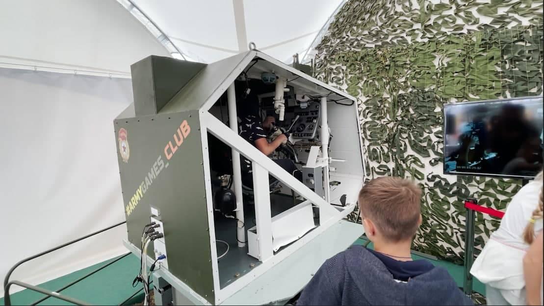 Управлять БМП и прыгнуть с парашютом в VR-очках. Военные тренажеры на АрМИ-2021 стали аттракционами для зрителей   Изображение 2