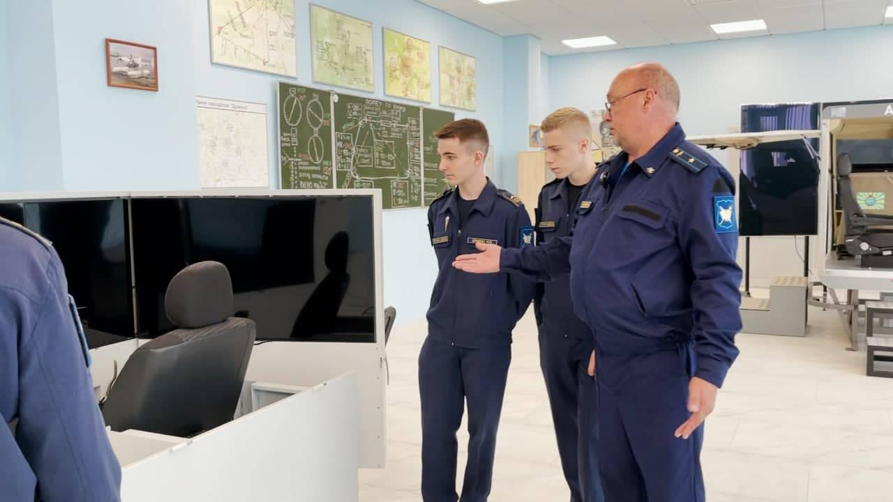 За штурвалом с 16 лет. Где подмосковных школьников учат управлять самолетами | Изображение 1