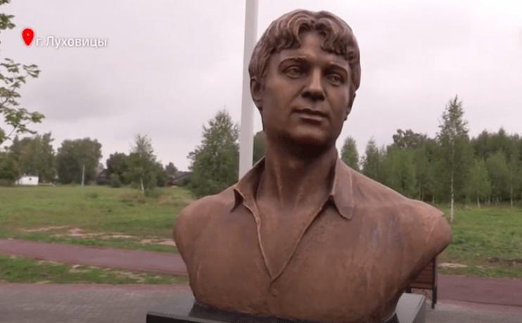 Памятник Сергею Есенину открыли в новом сквере в Луховицах